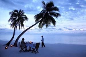 cena sulla spiaggia alle maldive