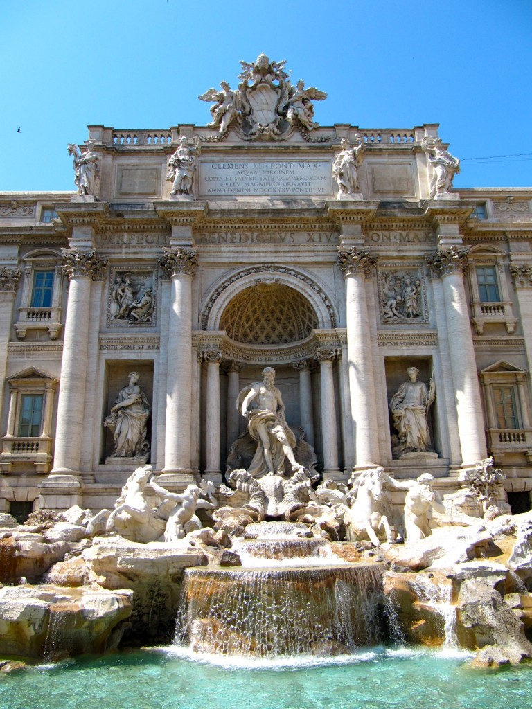 Fontana Trevi di giorno a Roma